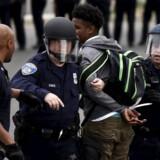 Politiet har fat i en demonstrant i Baltimore oven på Freddie Grays begravelse mandag 27. april. Hele staten Maryland er i undtagelsestilstand oven på urolighederne.