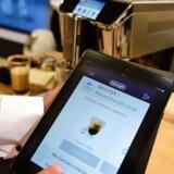 En kop kaffe? Vælg type, styrke og meget mere på appen på mobiltelefonen eller, her, tavle-PCen. Så går kaffemaskinen i gang med at brygge den til dig i det smarte hjem. Foto: Tobias Schwarz, AFP/Scanpix
