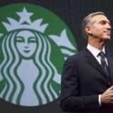 »Jeg skriver til jer i dag med en dyb bekymring, et tungt hjerte og et klart løfte«, skriver den øverste direktør for Starbucks, Howard Schultz, i et åbent brev til medarbejderne, der er lagt på Starbucks hjemmeside. REUTERS/David Ryder/Files