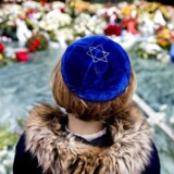 Auschwitz-mindesmærket i Wertheimpark i Amsterdam, på den internationale Holocaust-dag 29. januar. Ved flere lejligheder har der været protester mod nye hollandske Holocaust-mindesmærker.