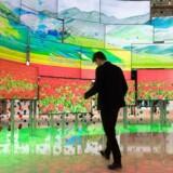 Salget af fladskærme i Danmark er igen gået op - lige nu ligger det 14 procent højere end for et år siden, og det kan sætte ny rekord. På Europas største forbrugerelektronikmesse IFA i Berlin i denne uge gør producenterne, hvad de kan, for at imponere med nye modeller. Foto: Sören Stache, EPA/Scanpix