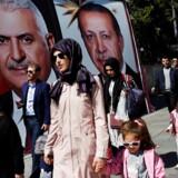 Tyrkere passerer valgplakater i Istanbul forud for folkeafstemningen 13 April 2017. REUTERS/Murad Sezer