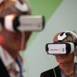 Deltagere i World Climate Change Conference 2015 (COP21) prøver de såkaldte Virtual Reality headset. FOTO: REUTERS/Stephane Mahe
