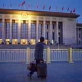 Det regerende, kinesiske kommunistpartis folkekongres i den store hal i hovedstaden Beijing vil i disse dage stemme for at indføre en ny antiterrorlov, som stiller krav om, at teknologivirksomheder skal give de kinesiske myndigheder mulighed for at komme ind ad bagdøren i alt udstyr for at kunne bekæmpe terror. Foto: Wang Zhao, AFP/Scanpix