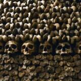 ARKIVFOTO: Kranier og knogler stablet oven på hinanden i katakomberne i Paris.