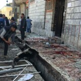 Dødstallet efter en selvmordsbombe i Afghanistans hovedstad, Kabul, nåede søndag eftermiddag 48. Flere end hundrede er såret. (AP Photo/ Rahmat Gul)