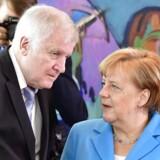 Tysklands regering er havnet i bitter intern strid om et asylpolitisk fremstød fra indenrigsminister Horst Seehofer (t.v.). Mens kansler Merkel vil søge en europæisk løsning, er regeringspartneren i CSU klar til national enegang i asylpolitikken.