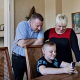 "Mikkel viser sine forældre, Carsten Oldenburg Jensen og Vivi Goldschmidt Juel Jensen, den seneste video på ""Mikkels Blog"". Foto: Astrid Dalum"