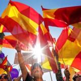 Pro-Spanien-demonstranter vifter med Spanske flag, for at markere deres utilfredshed med den catalanske uafhængighedsbevægelse.