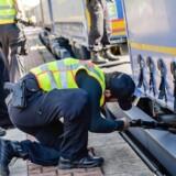 Tysk politi leder efter illegale migranter på et tog ved stationen i byen Raubling. Nu vil Tysklands indenrigsminister forlænge og muligvis øge grænsekontrollen af hensyn til »borgernes sikkerhed«.
