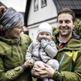 Andreas Frandsen (33) og kæresten Vibe Rasmussen (32) har boet på Amager i otte år og flyttede 1. september 2016 væk fra byen og ud på landet. De ville have natur, fred og ro. I baggrunden ses det nedlagte landbrug, som de har købt i Vridsløsemagle på Nordøstsjælland.