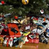 En juledag hjemme i nattøj med tøffetid, legetid og måske også lidt kedsomhed giver juleferien det nærvær og den ro, som nemt kan drukne i familiefester. (Foto: Henning Bagger/Scanpix 2017)