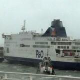 Færgeselskabet P & O bekræfter, at en af dets færger sidder fast.