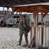 En soldat holder vagt ved Camp Shaheen i Mazar-i-Sharif i Afghanistan. (Arkivfoto)