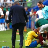 Træder Layun her Neymar over anklen med vilje? Måske. Men sikkert er det, at Neymar bagefter gjorde opmærksom på, at det gjorde ondt.