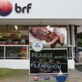 Se Ritzau: Fødevarestyrelsen undersøger brasiliansk kødskandale. Mens en skandale om eksport af fordærvet kød ruller i Brasilien, er Fødevarestyrelsen herhjemme gået i gang med at undersøge, om det dårlige kød fra Brasilien kan være endt i danske kølediske. ARKIV: A Brazilian meatpacking company BRF SA marketplace is seen in Sao Paulo, Brazil March 17, 2017. REUTERS/Paulo Whitaker