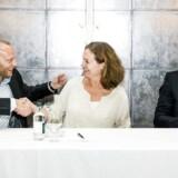 Humøret var højt, da Telia og Telenor i juli præsenterede ledelsen for det nye, fusionerede selskab i Danmark, som de to telegiganter i sidste uge måtte opgive at gå videre med. Telia Danmarks administrerende direktør, Søren Abildgaard (til venstre), skulle være viceadministrerende direktør, Telenor-koncerndirektør Hilde Tonne (i midten) ny administrerende direktør og Telia Danmarks finansdirektør, Dennis Kilian (til højre) ny finansdirektør for det samlede selskab. Arkivfoto: Nikolai Linares, Scanpix