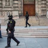 Øget sikkerhed ved og omkring Christiansborg onsdag d. 22. marts 2017. Kampklædt politi patruljerer omkring Christiansborg efter et angreb i London der behandles som terror.