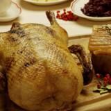Brun sovs, brunede kartofler og en solid flæskesteg eller and giver julebordet en overvældende smag af fedme og sødme. Derfor klæder det julebordet, hvis man skruer op for kål og syrlige æbler. Free/Colourbox