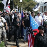 En march bestående af en broget forsamlig af hvide nationalister, nynazister samt medlemmer af henholdsvis Ku Klux Klan og Alt+right-bevægelsen dannede rammen om optøøjer i Charlottesville, Virginia i august. En moddemonstrant mistede livet, da hun blev kørt ned af en af Alt-right-bevægelsens tilhængere.