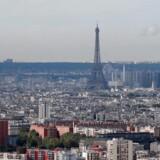 En mand er aholdt efter han overfaldt en soldat i Paris.