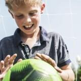 9-årige Gustav Bangild var så bange for, at hans fodbold skulle blæse væk, hvis den lå udenfor, at han ikke kunne sove om natten. Han har i mange år lidt af angst, men gennem Pyskiatrifondens pilotprojekt »Mind My Mind« har han og hans forældre gennem træning fået redskaber til at få bugt med angsten.