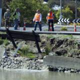 Skaderne i Christchurch tilses her af myndighederne formiddag, 23. december 2011.