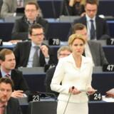 Helle Thorning-Schmidt på talerstolen i Strasbourg. Morten Messerschmidt var ikke imponeret.