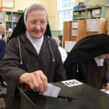 En katolsk nonne afgiver sin stemme.