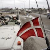 Fem officerer mistænkes for at føre Folketinget bag lyset om irakiske krigsfanger. En dansk patrulje ved et chekpoint uden for Basra i 2005. - Arkivfoto.