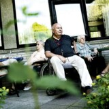 Beboere på plejehjemmet Peder Lykke Centret på Amager nyder det gode vejr i gårdhaven. Arkivfoto: Christian Als.