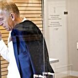 SF'sVilly Søvndal tager sig en smøg i rygeboksen på Christiansborg. Nu foreslår hans parti, SF, at oppositionsformanden Lars Løkke Rasmussen selv betaler for den rygekabine, der stod på Løkkes kontor, da han var statsminister.