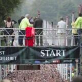 Tusindvis af mænd og kvinder deltog i Eremitageløbet, søndag den 4. oktober 2015. Deltagerne løb 13.3 kilometer gennem det efterårsklædte landskab i Dyrehaven nord for København. Det var 47. gang at det traditionsrige løb blev afholdt.De 13,3 kilometer er hurtigst tilbagelagt på 38 minutter og 40 sekunder af løberikonet Henrik Jørgensen tilbage i 1987.Den rekord var tæt på at falde, da den 24-årige dansker med somaliske rødder, Abdi Hakim Ulad, vandt i tiden 39.01. Tiden er dog den hurtigste, der er løbet, siden man begyndte at bruge elektronisk chip til tidtagning.Klik videre og se stemningsbilleder fra løbet.