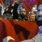 Demonstranter markerer sig uden for det tyrkiske konsulat i Rotterdam i Holland.