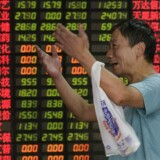 De asiatiske aktiemarkeder skyder op mandag, hvor de afspejler stigninger i de i amerikanske aktiefutures, efter at den amerikanske præsident, Donald Trump, har trukket lidt i land over for retorikken mod Kina få dage før den kinesiske præsident, Xi Jinping, skal holde en vigtig tale om den fremtidige udvikling i Kina. AFP PHOTO / JOHANNES EISELE
