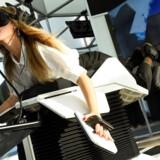 Der er virkeligt mange måder at opleve den virtuelle virkelighed på, når man først har brillerne på og kan bevæge sig rundt inde i spillene - med eller uden ekstraudstyr... Arkivfoto: Bertrand Guay, AFP/Scanpix
