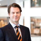 Lars Ola Kjos er søn af flyselskabet Norwegians topchef og grundlægger, Bjørn Kjos, og arbejder selv i Norwegian. Han husker ikke et liv i sus og dus som barn. »Jeg voksede op med en mor, som har været stewardesse i 32 år, far var advokat, og familien boede altid i det samme hus. Det, som er skabt inden for fly og bank i de sidste 15 år, er børsværdier,« udtalte han i 2017.