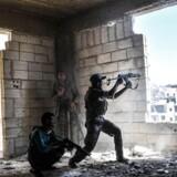 Medlemmer af Syrian Democratic Forces (billedet) kæmper mod en guppe jihadister fra Islamisk Stat i byen Raqqa i det nordlige Syrien sidste år i septmeber.
