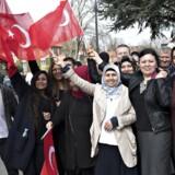 Herboende stemmeberettigede tyrkiske statsborgere ved den tyrkiske ambassade i Hellerup ved stemmeafgivelsen 1. april. I Danmark var der omkring 32.000 tyrkere, der kunne stemme.