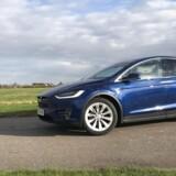 Tesla Model X har på papiret det hele: Den er grøn, SUV og elektrisk - alle de buzzword som bilbranchen flirter med lige nu. I virkeligheden er den dog for tung til at være rigtig grøn, for upraktisk med sine uduelige mågevingedøre og med en dødvægt på små tre tons er elektricitetsbehovet for stort til, at den rigtigt fungerer. Nuvel - den er uhyre hurtigt fra 0-100 km/t, men det er bare ikke en miljørigtig SUV's esentielle kernekompetance. Så redaktør Henrik Dreboldt er ikke imponeret. Foto: Henrik Dreboldt