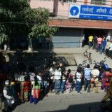 I går var køen lang foran en bank i Siliguri, Indien, efter at regeringen i tirsdags valgte at gøre to pengesedler ugyldige. / AFP PHOTO / DIPTENDU DUTTA
