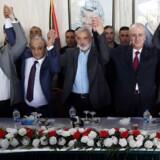 Venner igen. De to største magtfaktorer i palæstinensisk politik, Hamas, og Selvstyret i Ramallah, er blevet enige om en forsoningsproces. Fra venstre ses Yahiya Sinwar, leder af Hamas, Majed Faraj, palæstinensisk efterretningschef, Ismail Haniyeh, chef for Hamas´ politiske kontor, Rami Hamdallah, palæstinensisk premierminister, og en egyptisk mægler.