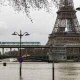Der blev fredag meldt om oversvømmede kældre, og nogle indbyggere i storbyens udkant blev tvunget til at sejle rundt på vejene i deres oversvømmede bydele.