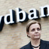 Karen Frøsig, Sydbank, foran bankens hovedsæde i Aabenraa