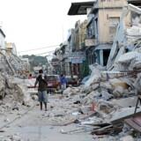 Omkring 200.000 omkom ved jordskælvskatastrofen i Haiti i 2010. Både Haitis præsident og Storbritanniens udviklingsminister reagerer fordømmende på rapporter om, at udsendte nødhjælpsfolk udnyttede deres job til at opnå seksuelle tjenester. Scanpix/Juan Barreto