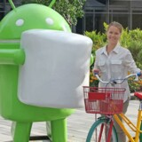 Simone Styr på Google-cykel foran Android-figur. Privatfoto