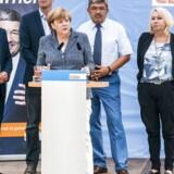 Karin Strenz ses her til højre for kansler Angela Merkel under sidste års tyske valgkamp. Foto: Olaf Kosinsky/Wikimedia