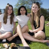 Gymnasieleverne Anna Balstrup, Rasika Eggers og Esther Kofoed er enige om, at psykolog Ulla Dyrløv har ret i, at mange unge piger presser deres egen seksuelle grænse for at opnå status eller popularitet. Foto: Thomas Sjørup