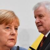 CSU-partiformand Horst Seehofer gælder som en streng kritiker af Angela Merkels flygtningepolitik. Nu er de to konservative politikere blevet enig om et skrøbeligt asylpolitisk kompromis.