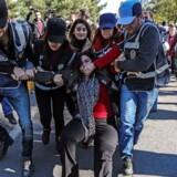 Tyrkisk politi anholder Sabahat Tuncel (i midten), tidligere parlamentsmedlem af det kurdiske oppositionsparti HDP, under en demonstration fredag.